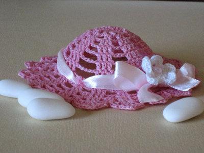 Bomboniera uncinetto a forma di cappellino per bambina