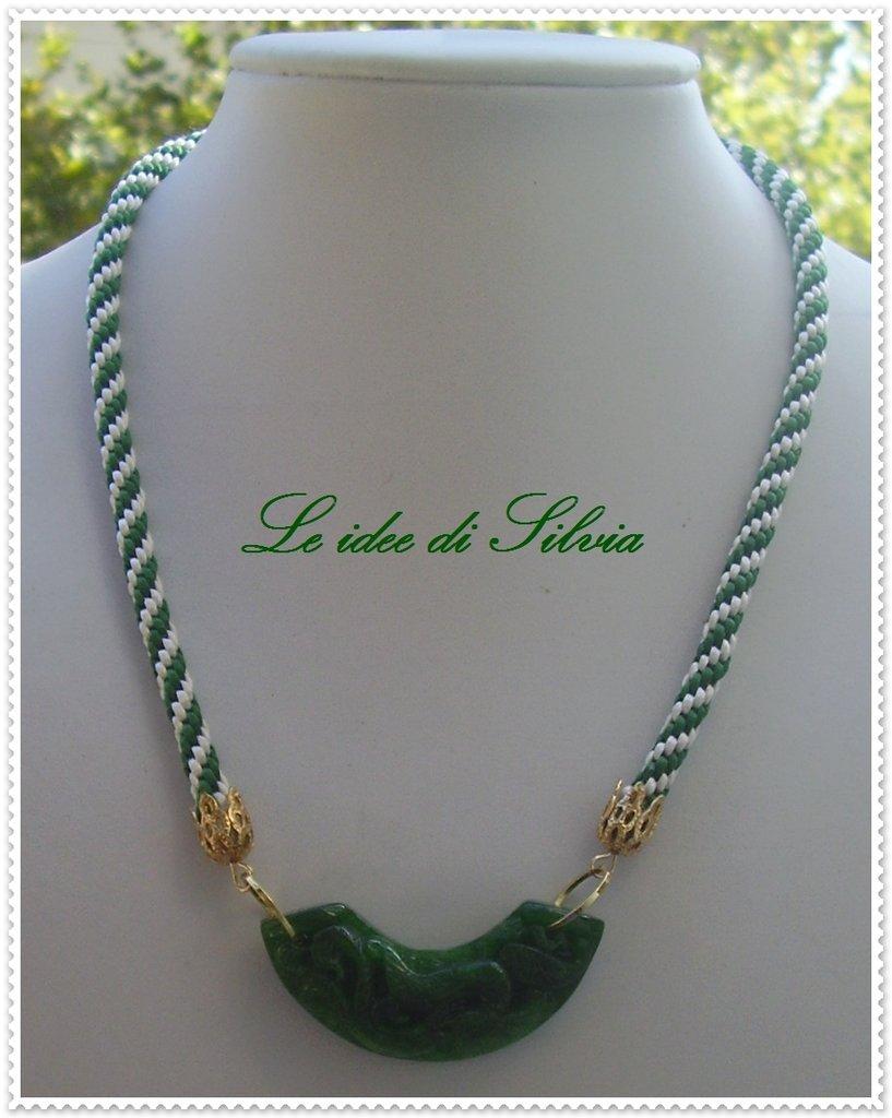 Collana con cordone di seta e giada verde incisa