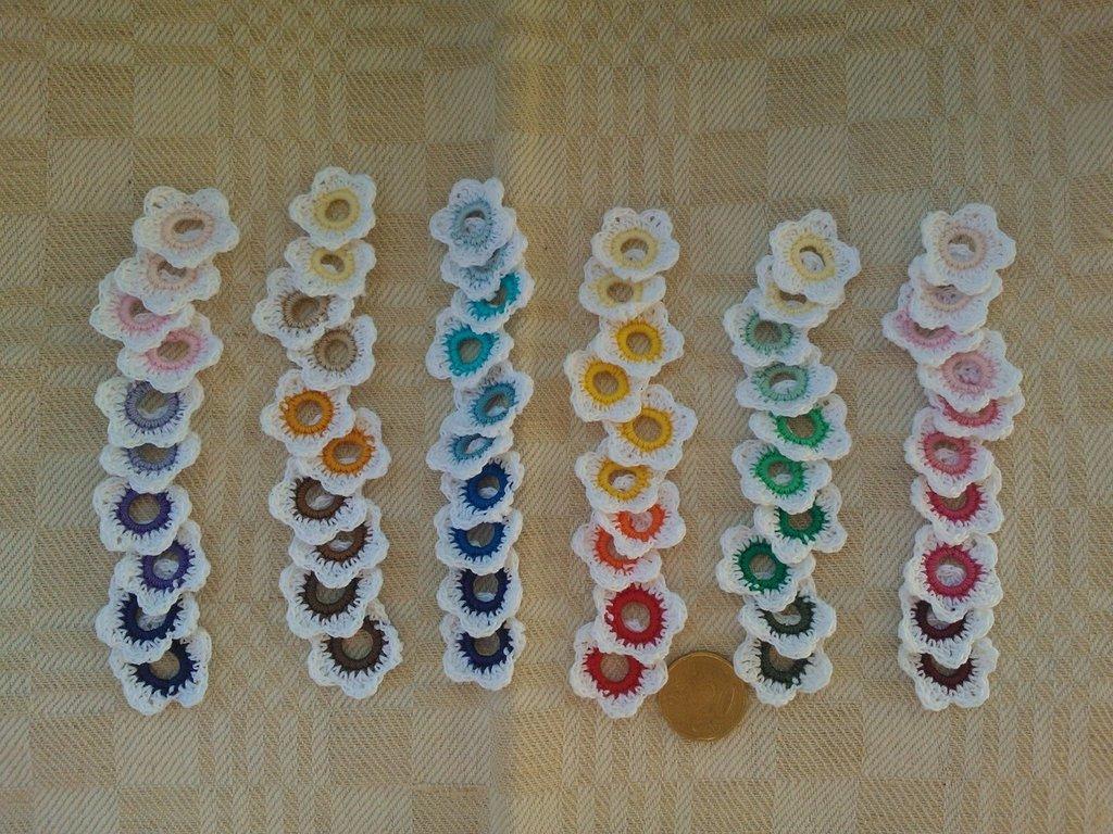 10 fiorellini bianchi-corolla colorata ad uncinetto