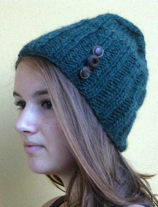 Cappello in lana verde con bottoni