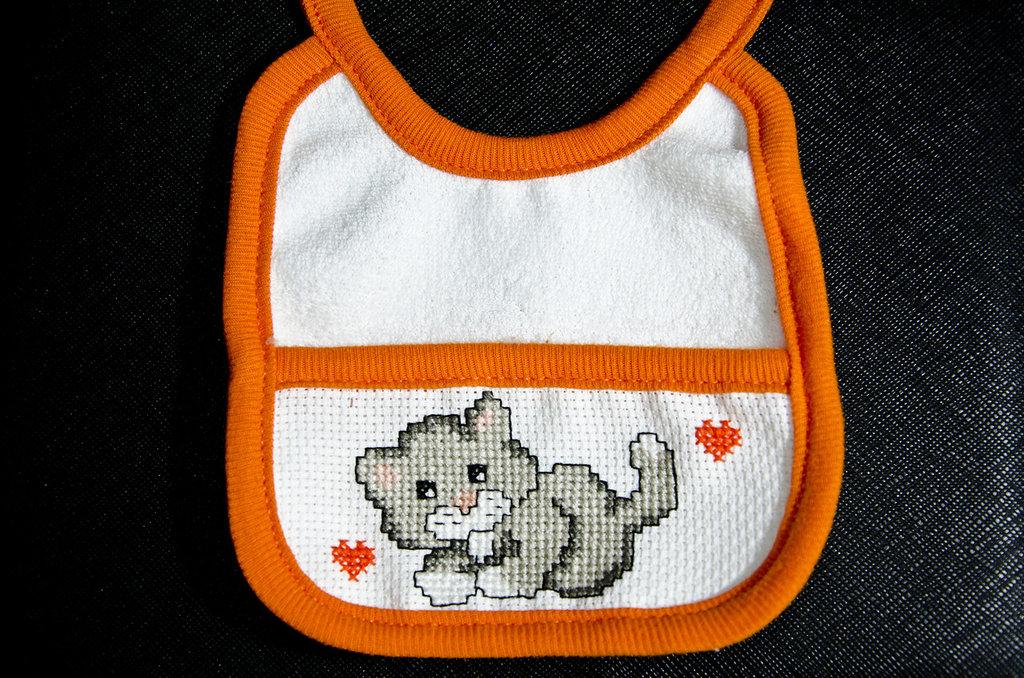 bavaglino neonato ricamato a punto croce