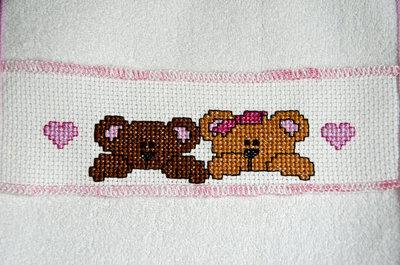 Bavaglini per pappa con striscia ricamata a punto croce for Disegni a punto croce per neonati