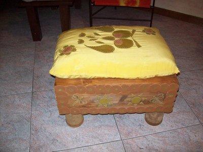 pouff in legno con cuscino