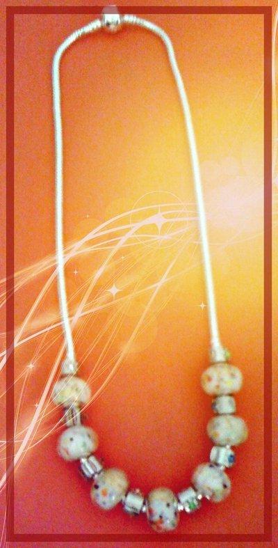 Collana con perle in vetro bianco decorate e clip argentati con strass