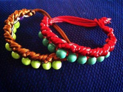 Bracciali in corda e catena arricchiti da perline