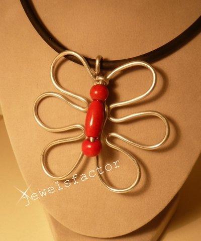 Collana con farfalla wire con perlina rossa