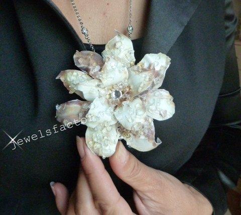Collana/spilla con fiore helleborus white effetto ghiaccio Sospeso Trasparente