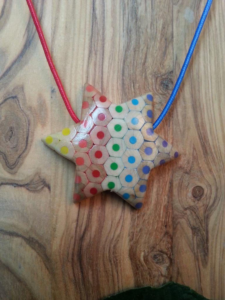 Ciondolo a forma di stella con i colori della bandiera della pace
