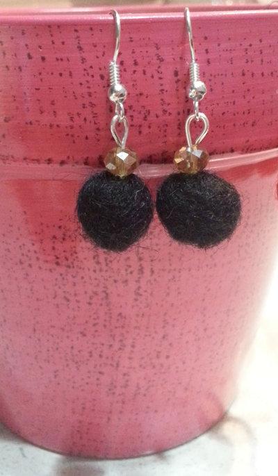 orecchini con palline in feltro