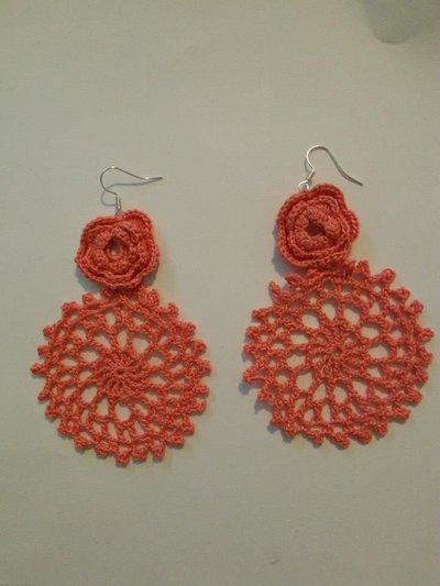 orecchini uncinetto rosone e rosa, rosa salmone