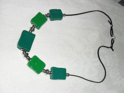 collana verde realizzata e dipinta a mano