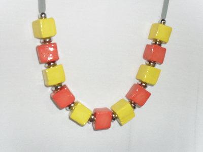 collana colorata giallo e arancione