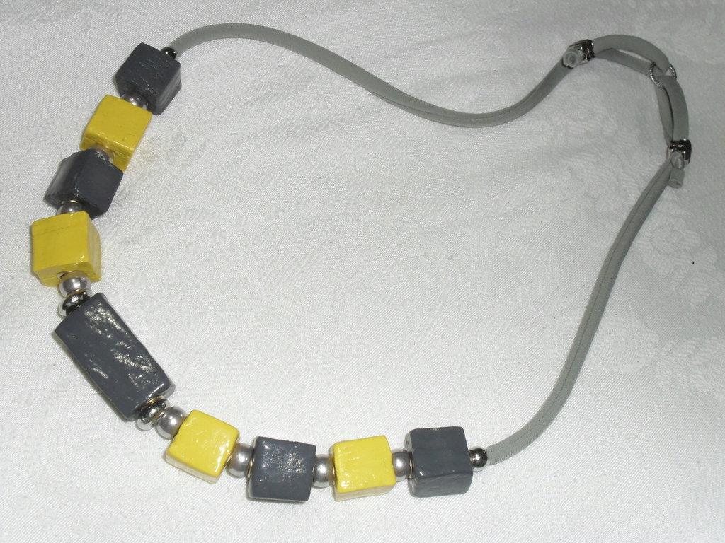 collana giallo e grigio