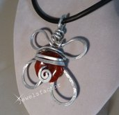 Collana in wire con perlina in resina rossa