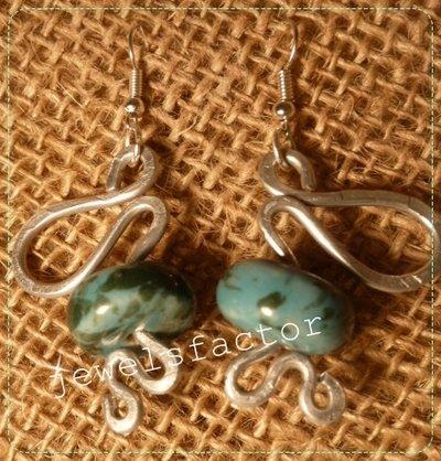 Orecchini in wire e ceramica azzurra
