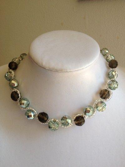 Collana girocollo di mezzi cristalli e perline color trasparente e marrone
