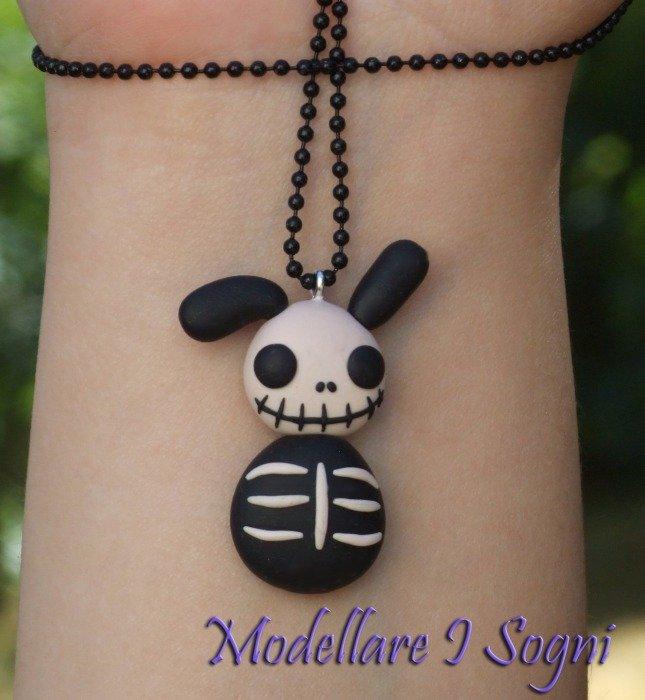Collana Ciondolo Coniglio Jack'o'Skeleton - Coniglio Scheletro, righe nere e bianche, Ossa, Gotico Macabro per Halloween / Giorno dei Morti