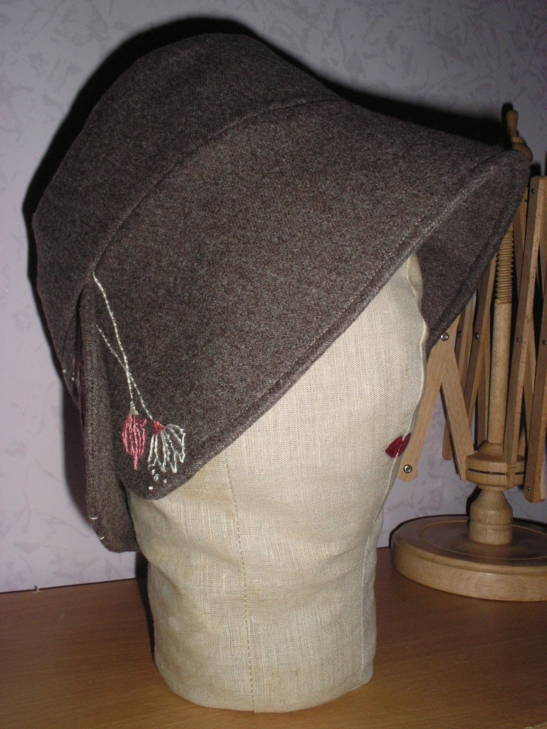 Cloche in tessuto di lana con ricamo