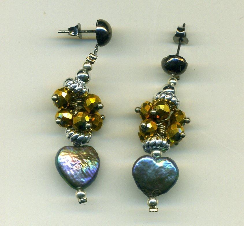 Orecchini con cuoricino in perla nera