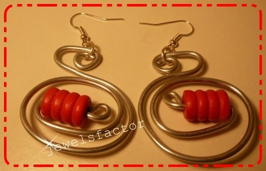 Orecchini in wire e perlina di  legno rossa