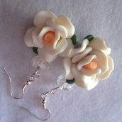 orecchini con fiore in fimo e perla di cristallo