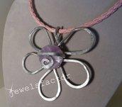 Collana con  fiore di wire e perlina di resina rosa