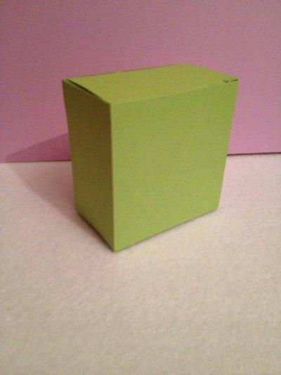 scatoletta in cartoncino colorato per piccole creazioni o piccoli regali