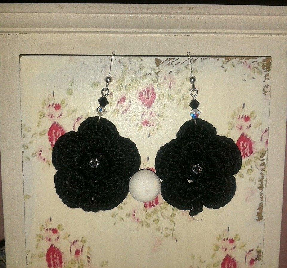 Orecchini fiore all'uncinetto neri