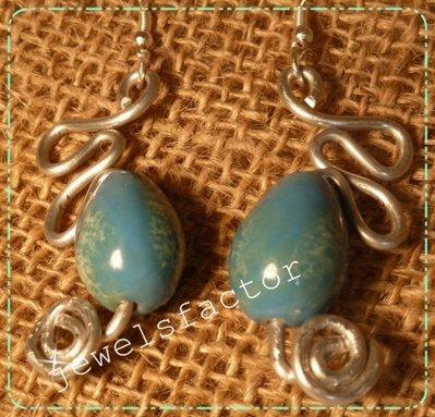 Orecchini di wire con ceramica azzurra