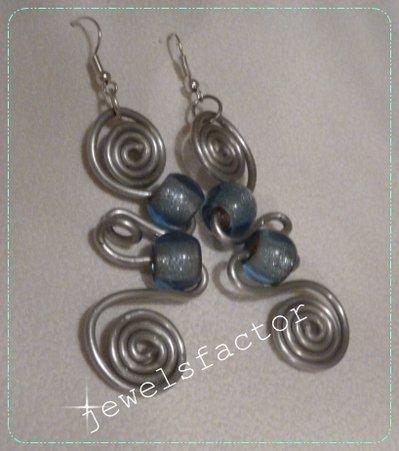 Orecchini pendenti in wire con elementi di vetro azzurro