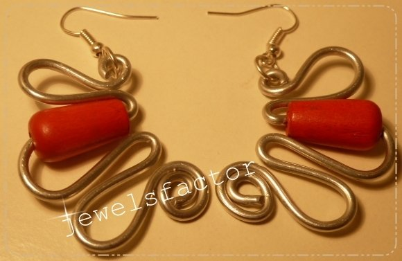 Orecchini in wire con perlina rossa