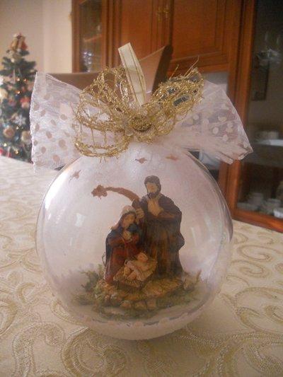Palla di Natale con presepe all'interno