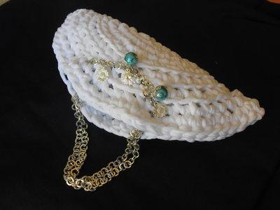 Borsa pochette in  fettuccia bianca   con catena e charms,idea regalo .