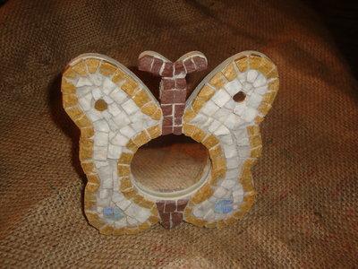 Specchio a forma di farfalla decorato con tessere di marmo con taglio a spacco