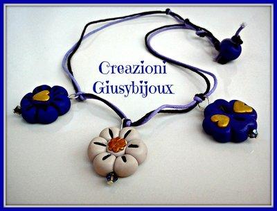 Collana ciondoli fiore  viola  e avorio e  quadrifoglio viola con cuore dorato e swarovski in fimo handmade