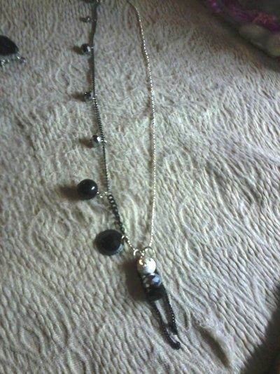 collana bigiotteria colore argento e nera con pietre