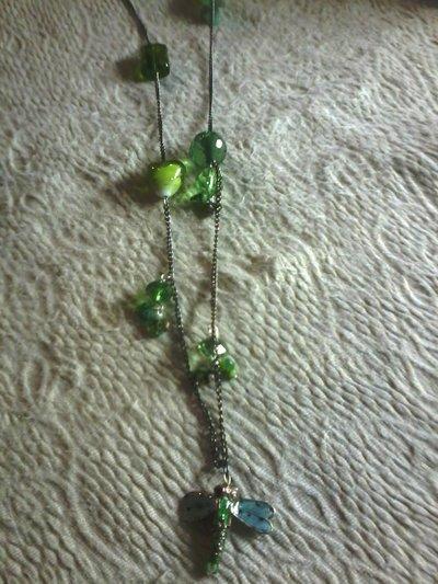 collana bigiotteria con libellula e pietre verdi