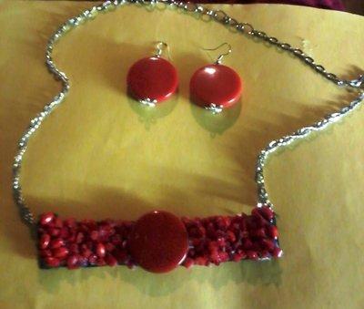 Collana  con parte rigida con pietre rosse e pietra centrale come orecchini