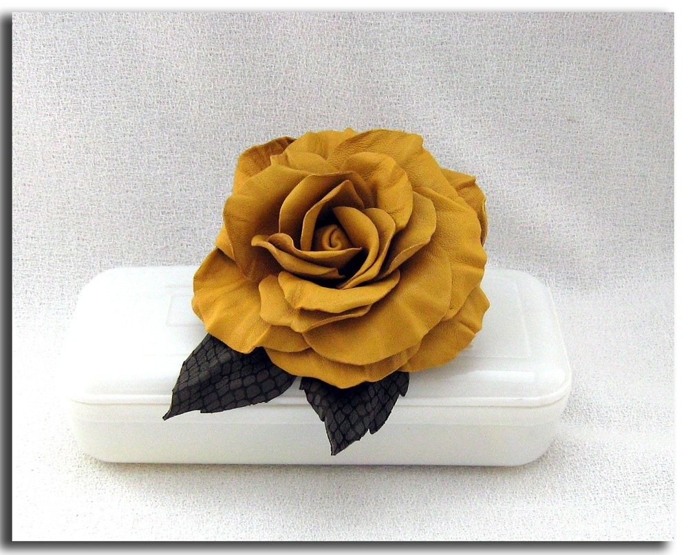 Spilla fiore di pelle.