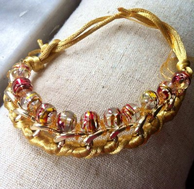 bracciale in corda e catena con perline