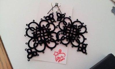 orecchini a chiacchierino, in nero, con piccoli strass: elegantissimi!