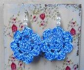 Orecchini uncinetto con fiori bianchi e azzurri