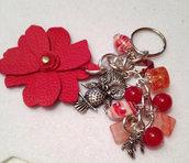 portachiavi o bag trix  fiore in pelle rosso per abbellire borse