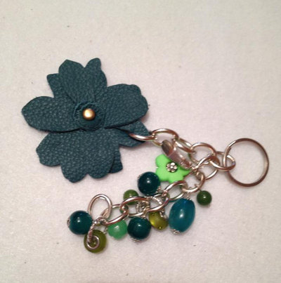 Portachiavi o bag trix fiore in pelle verde per abbellire borse