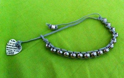 Bracciale con perle metalliche