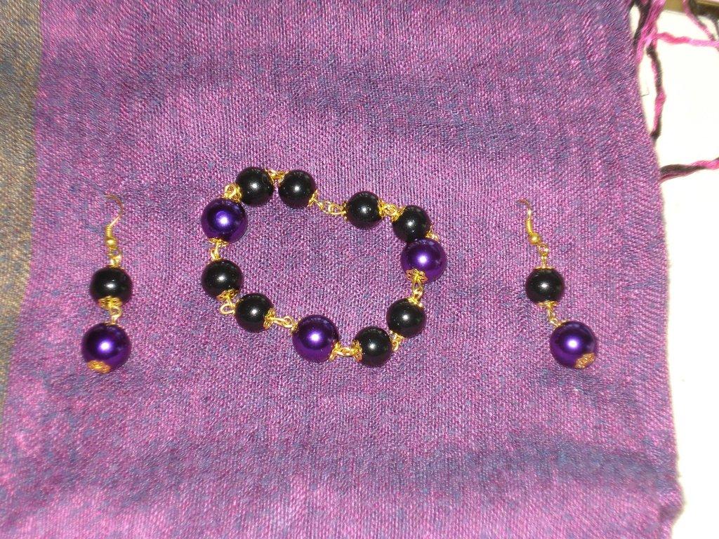 parure dorata perle nere e viola