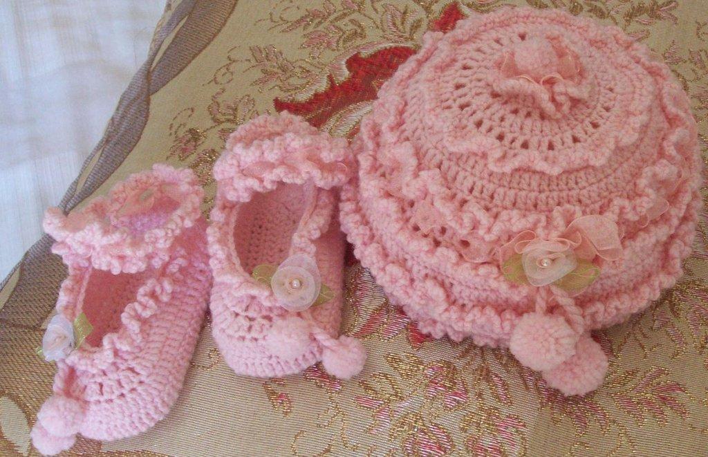 Cappellino e scarpette di lana realizzate a mano