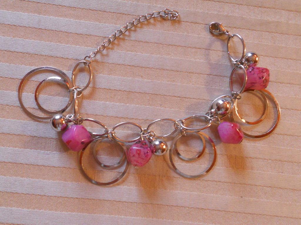 Bracciale con pietre rosa e piccole campanelline.