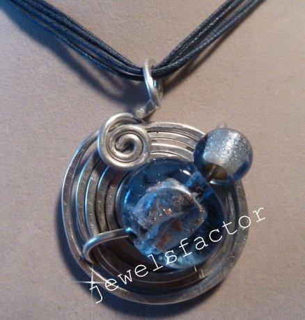 Collana  blu con ciondolo in wire e vetro azzurro lavorato a mano