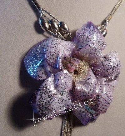 Collana/spilla con orchidea vetrificata creata con il Sospeso Trasparente